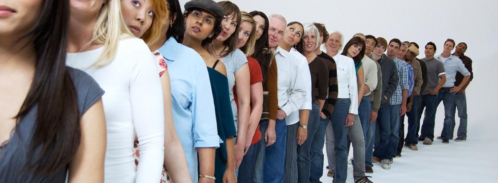 Толпа людей в очереди